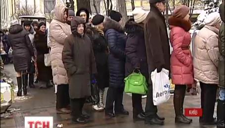 У Владимирского собора в Киеве сотни людей стоят в очередях за святой водой