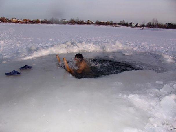 Смілива Ольга Сумська у самому купальнику пірнула в крижану воду