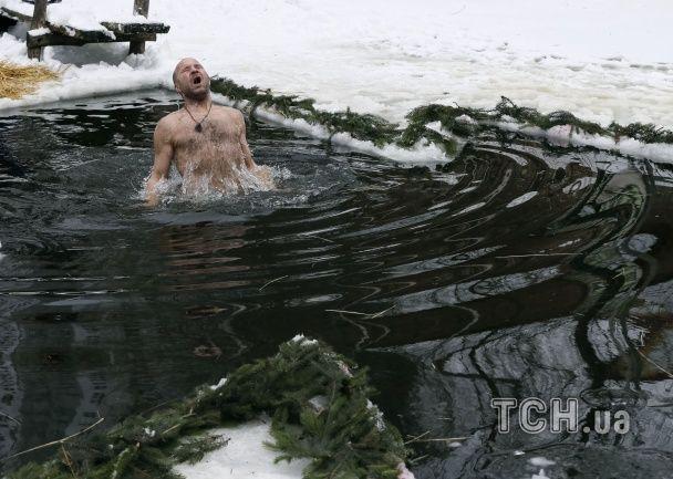 Пірнання у крижані ополонки та шалені емоції: як у Києві святкували Водохреще