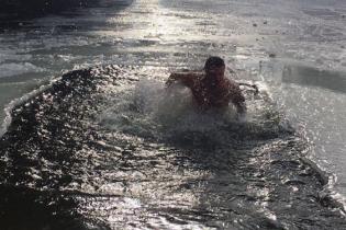 Боксер Усик та футболіст Мандзюк пірнули в ополонку на Водохреще