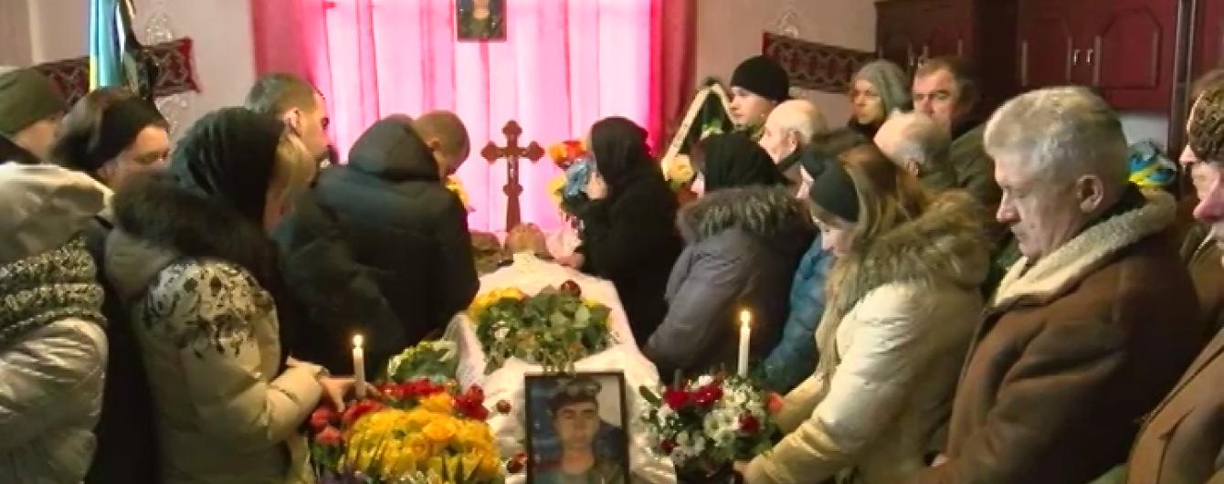 На Прикарпатті поховали військового, якого бойовики вбили на блокпості