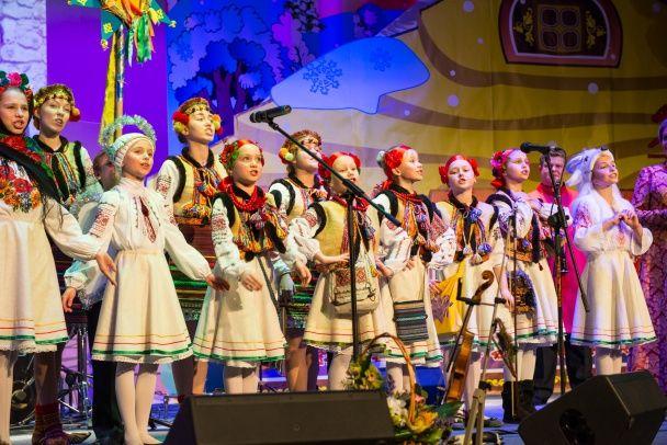 Соломія Вітвіцька у вишитому кунтуші провела святковий концерт для військових та капеланів
