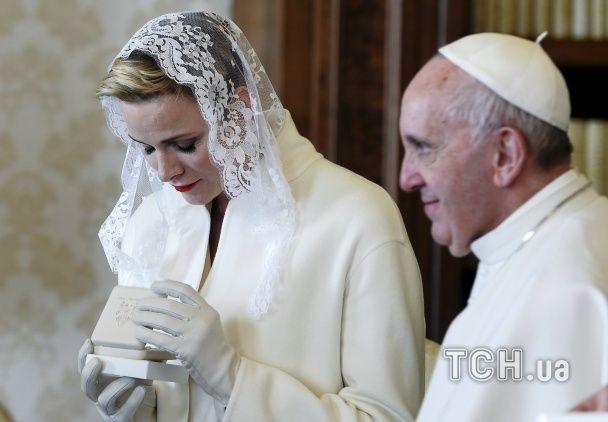 Найяскравіші фото дня: екстремальні купання на Водохреща, візит принцеси Монако до Папи Римського