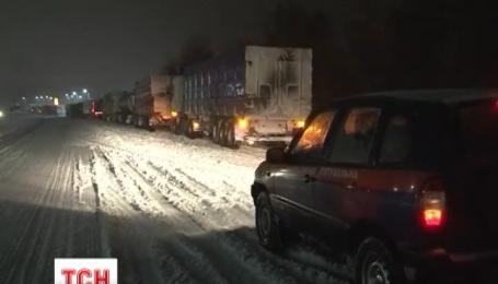 Движение на всех дорогах, закрытых из-за снегопадов, восстановят в течение дня