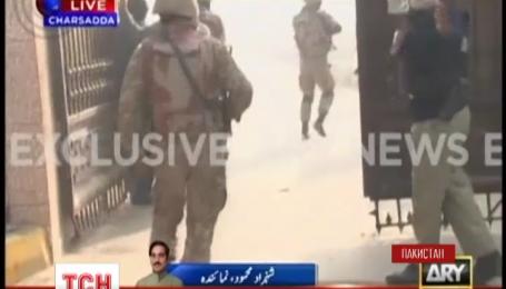 Боевики напали на университет в пакистанском городе Чарсадда
