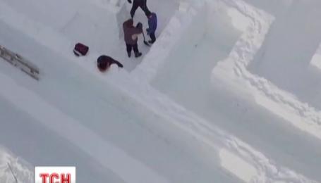 На польському курорті зводять гігантський лабіринт зі снігу