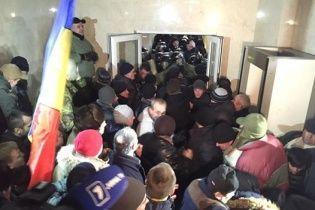 Мітингувальники витіснили поліцію із будівлі молдавського парламенту