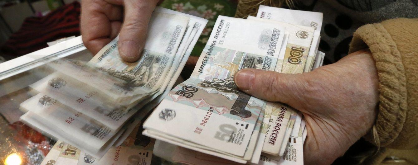 Російський рубль суттєво відвоював позиції на біржі, але сильно впав в офіційних курсах