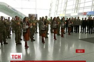 """В усіх аеропортах України вшанували подвиг """"кіборгів"""""""
