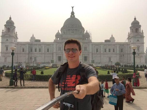 Комаров в обтислій сріблястій футболці знявся у фільмі із Кайлі Міноуг