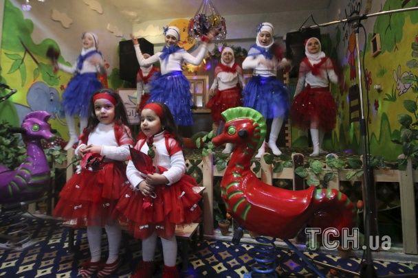 """Найяскравіші фото дня: музичне вшанування """"кіборгів"""", Коляда у Білорусі, нові протести у Греції"""