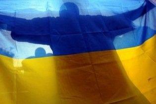 У центрі Сум вночі невідомі приспустили Державний прапор України