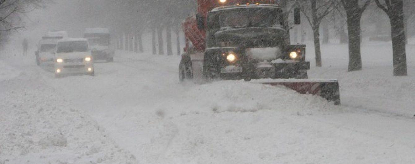 У сніговому полоні на Кіровоградській трасі застрягли 19 автівок