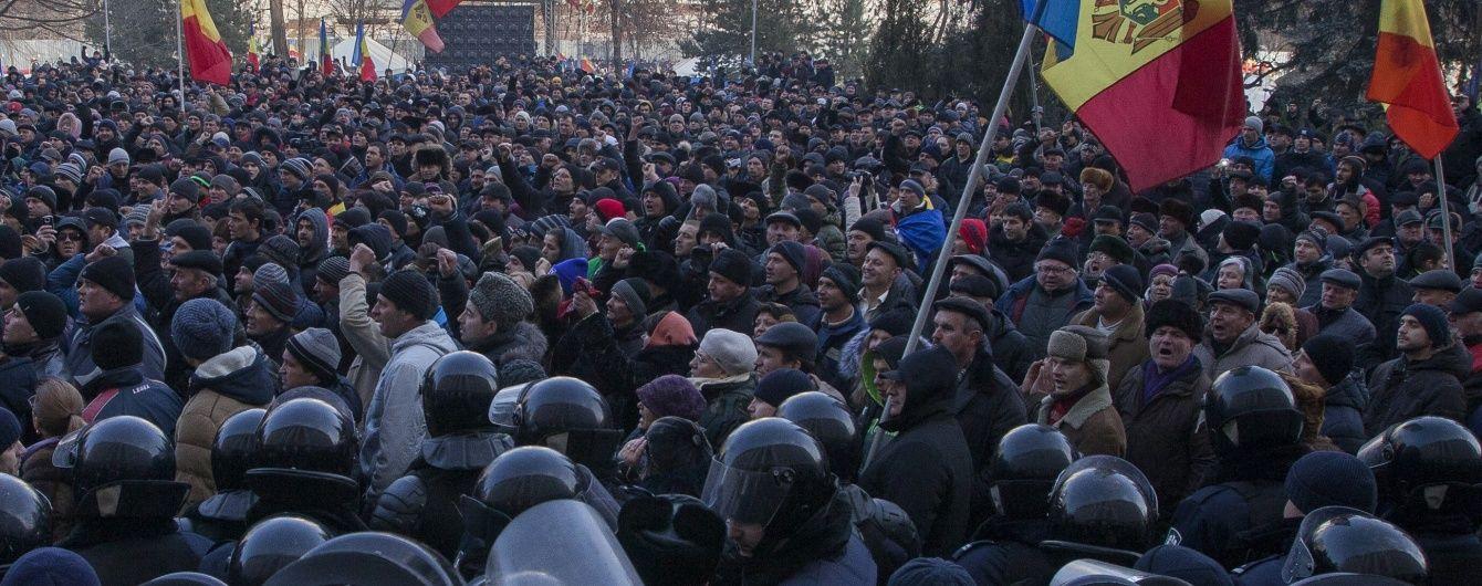"""Неспокойный Кишинев: из парламента митингующих """"выдавил"""" спецназ"""