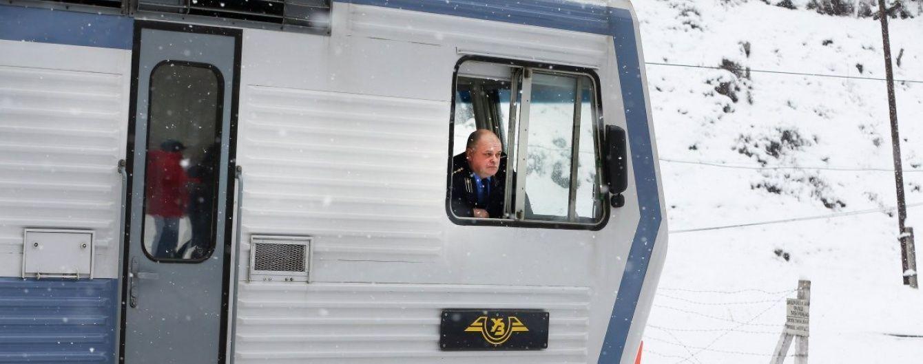 В Україні десятки поїздів запізнюються через сильні снігопади