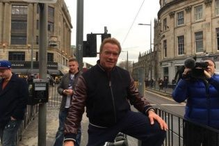 Проти правил: Шварценеггер дивом уникнув ДТП під час поїздки на велосипеді