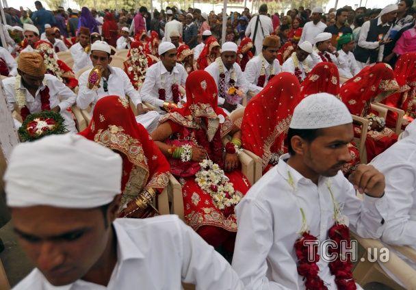 Найяскравіші фото дня: святкування Дня Соборності України, масове весілля 111 пар в Індії