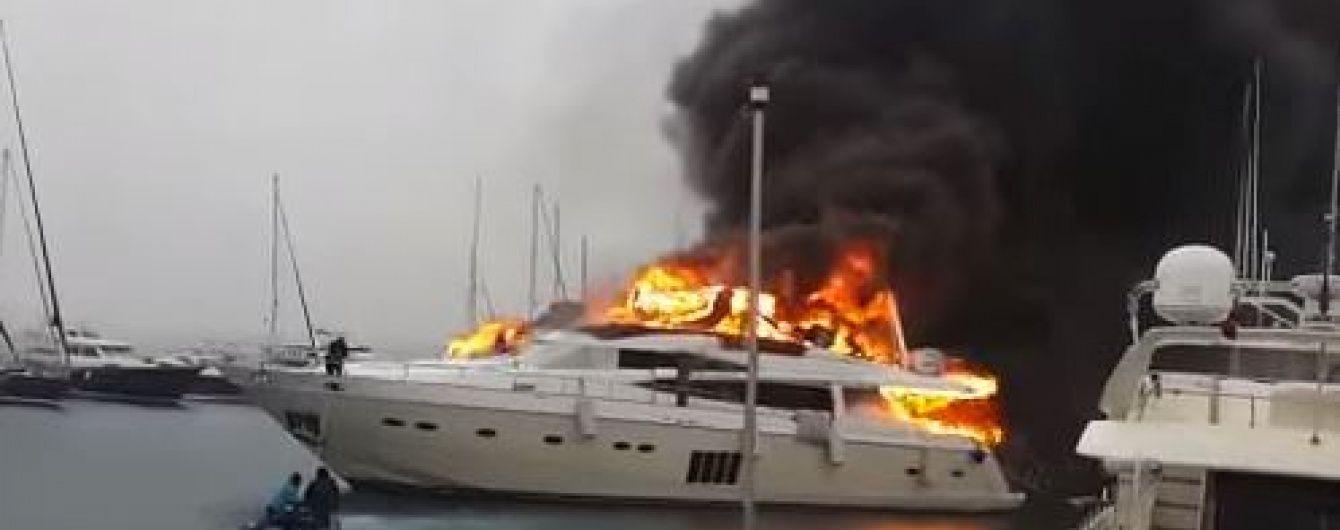 Розкішна яхта, що згоріла в Туреччині, могла належати українцям – ЗМІ