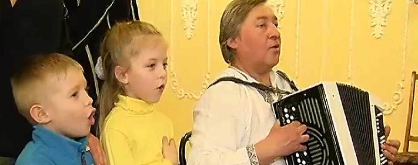 У Маріуполі маленькі діти зі сльозами на очах заспівали Гімн України
