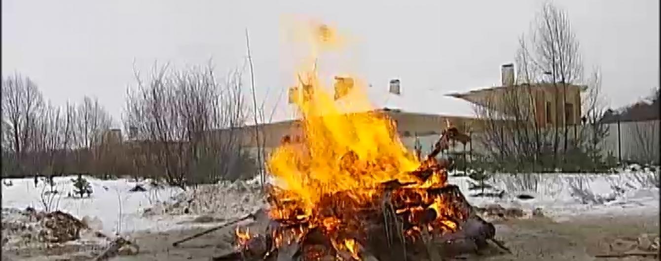 Під Києвом місцеві жителі розламали і спалили паркан маєтку регіонала