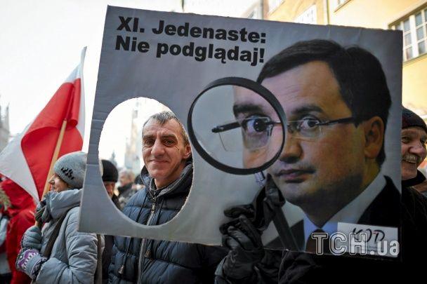 У Польщі сотні тисяч людей вийшли на протести проти нового закону про поліцію