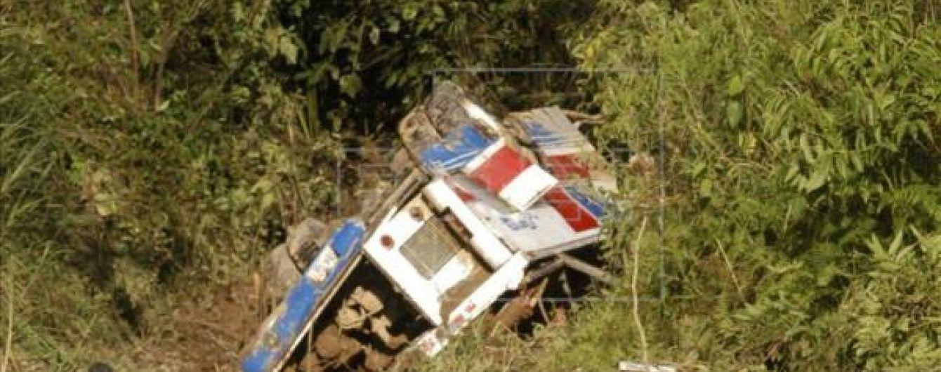 У Болівії автобус упав в ущелину, є загиблі