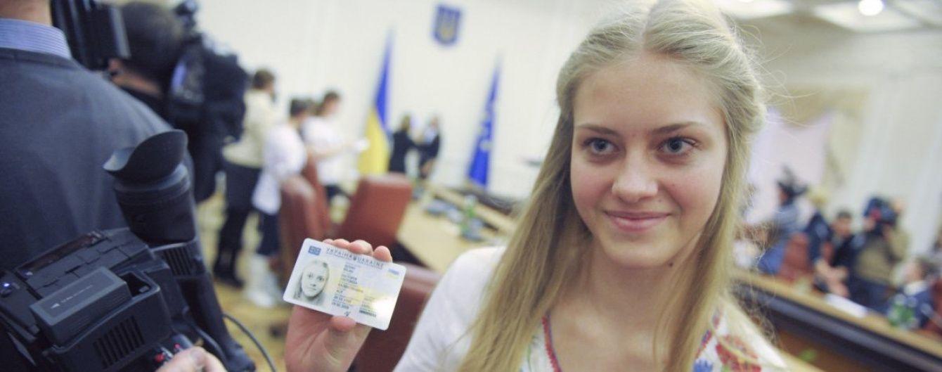 Готові до безвізу: у міграційній службі розповіли, скільки біометричних паспортів оформили українці