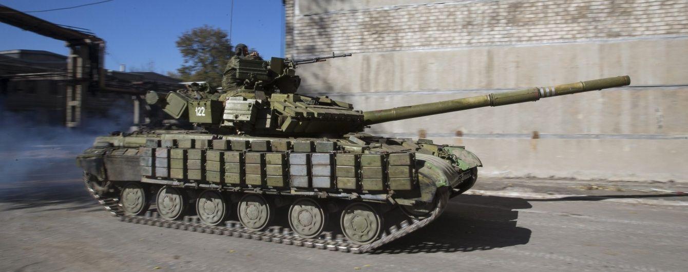 Ворожі танки біля Мар'їнки та вогонь із БМП поблизу Пісків. Дайджест АТО