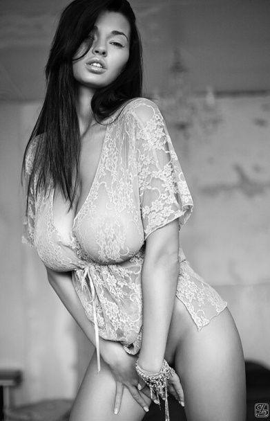 """Фото на межі порно і сторінки чоловічих журналів. Що постить у мережі """"міс-бюст"""" України"""