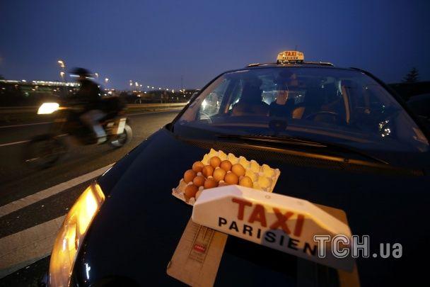 Бійки з поліцією та палаючі шини на дорогах: у Франції таксисти протестують проти Uber