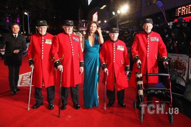 Кетрін Зета-Джонс приголомшила пишним бюстом та довгими ногами на червоній доріжці