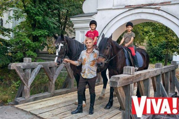 Олег Скрипка показав підрослих синів у родинній фотосесії