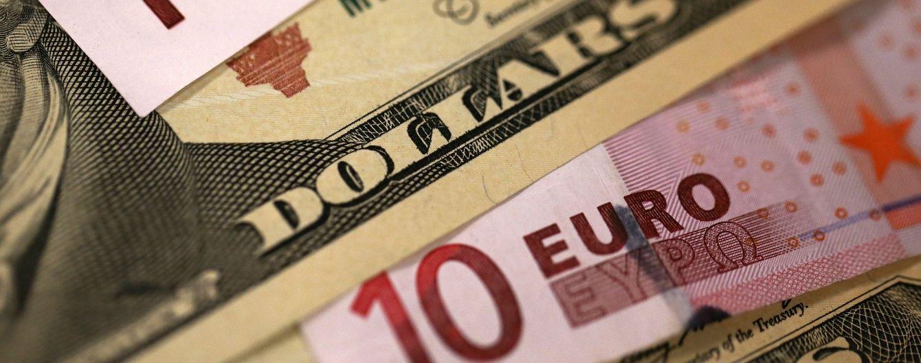 На міжбанку дешевшає долар і дорожчає євро