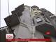 У Києві спеціалісти держслужби з надзвичайних ситуацій знімають бурульку з фасаду будинку