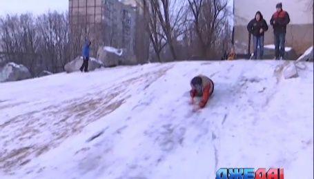 Днепропетровские полицейские запрещают детям съезжать с горки