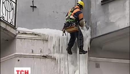 Огромную сосульку в центре Киева наконец сбили с фасада дома