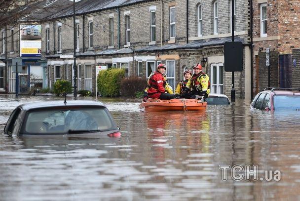 """Ураган """"Джонас"""" після снігового армагеддона в США розтрощив Британію: будинки затоплені, люди в розпачі"""