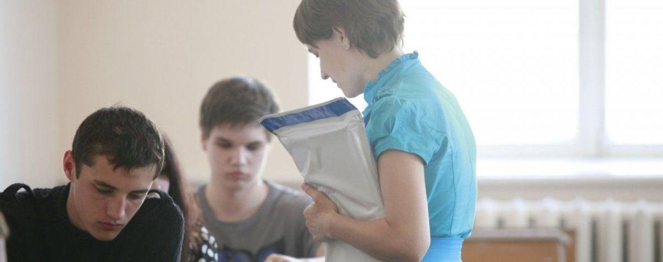 Батьки молодших учнів нарікають на ЗНО, через проведення якого призупиняють навчання в школах