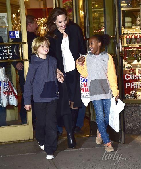 Андежлина Джоли с детьми_1