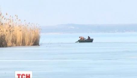 В Каховском водохранилище спасли супружескую пару, которую отнесло от берега на льдине