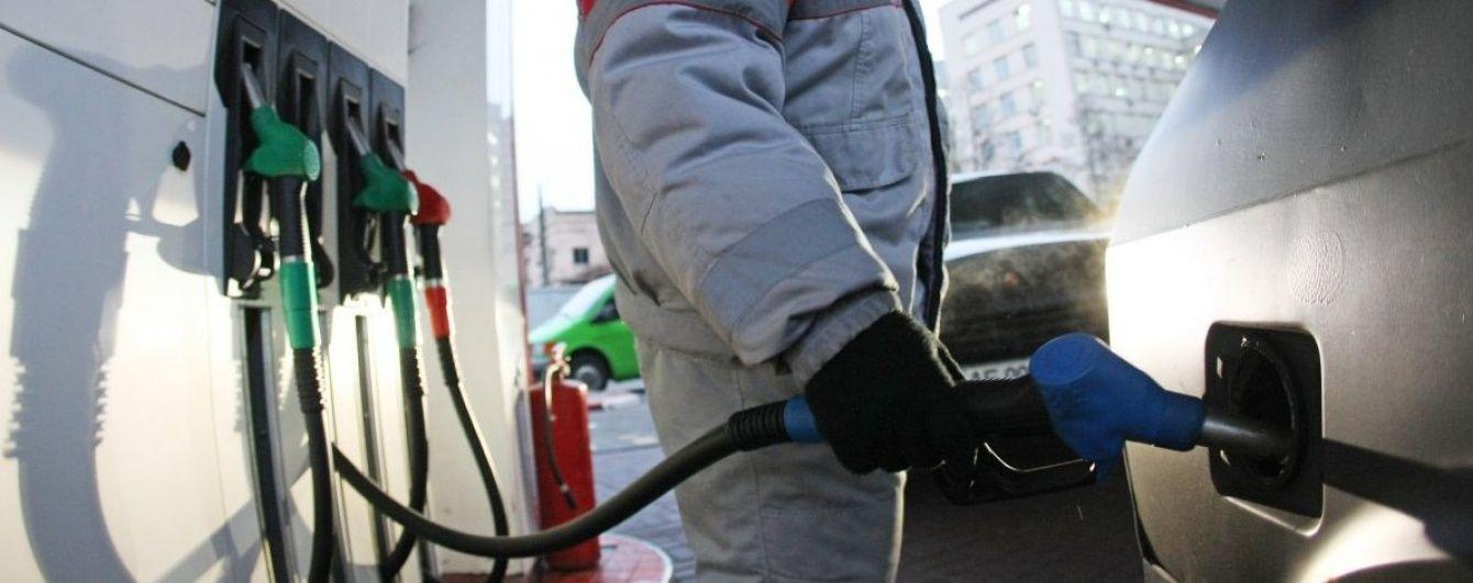 На АЗС ціни на бензин різняться аж на чотири гривні