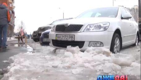 На одной из киевских стоянок десятки машин застряли в замерзшей воде