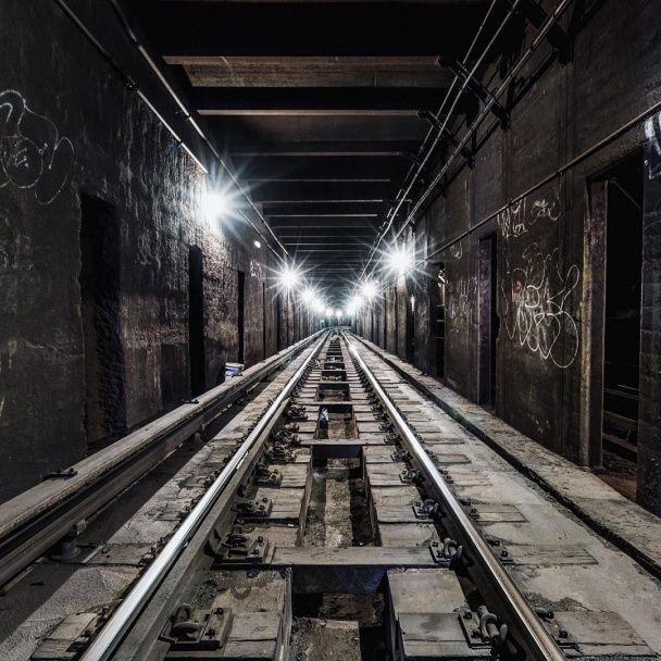 Західні ЗМІ шаленіють від юного американського фотографа, який дивує нічним життям метро