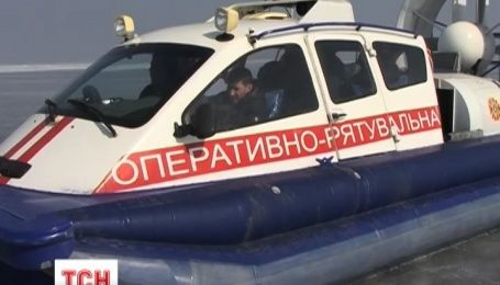 В Запорожье чрезвычайники спасли супругов, которые пыталось перейти через Каховское водохранилище