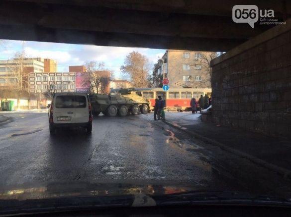 У Дніпропетровську БТР в'їхав у трамвай_1