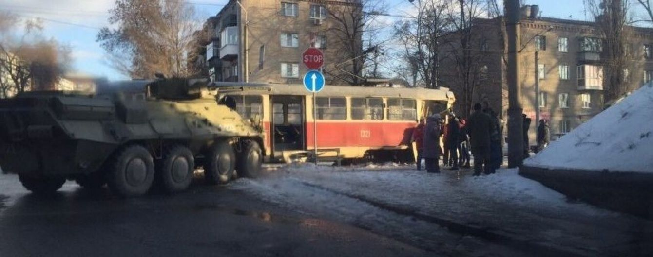 У Дніпропетровську сталася аварія за участю трамвая та БТРа