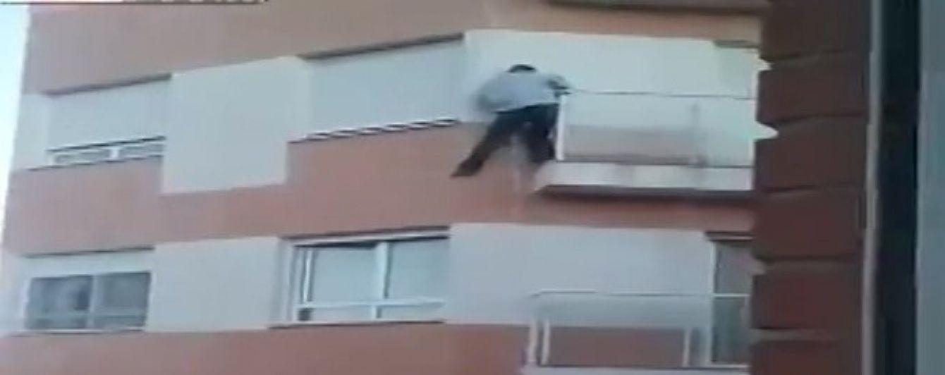 Мережею шириться відео загибелі еквадорця, який ліз у свою квартиру через балкон