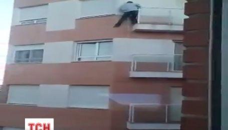 Эквадорец умер, пытаясь попасть в свою квартиру через балкон
