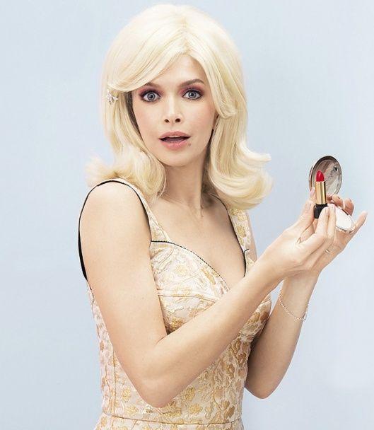 Зваблива Брежнєва у стилі ретро постала у купальнику та сукнях міні