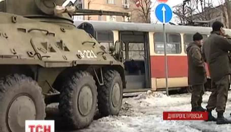 В центре Днепропетровска БТР протаранил трамвай
